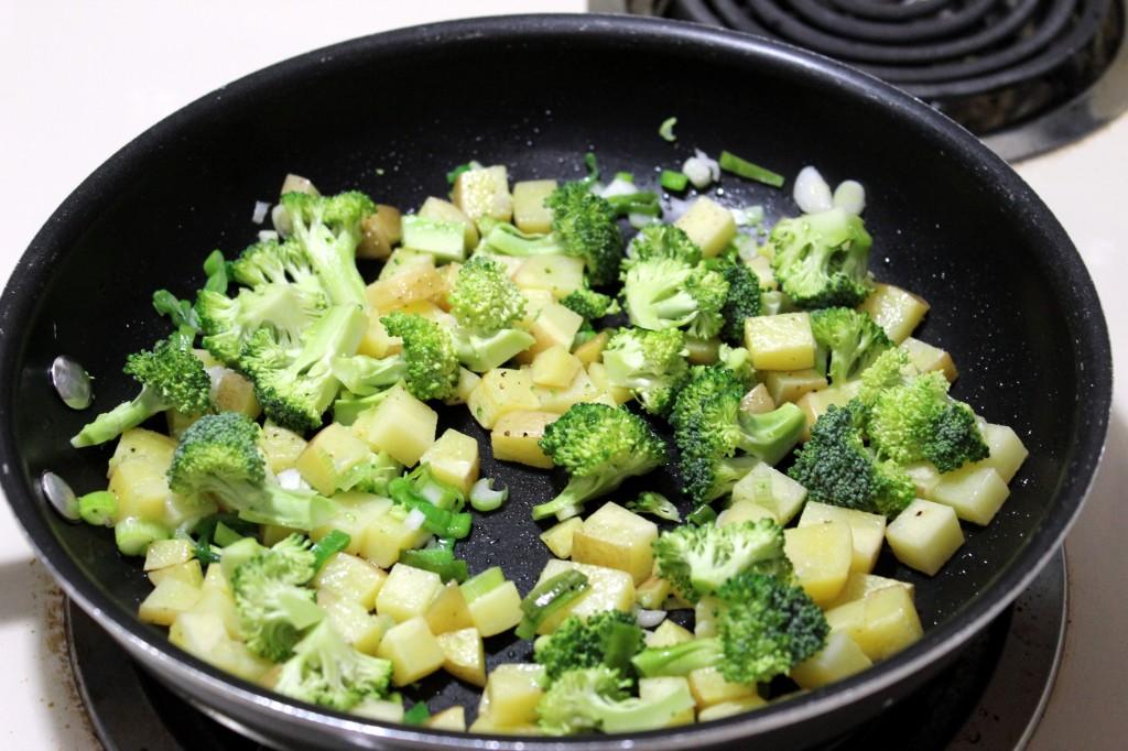 Для начала хорошо промойте брокколи и разделите куст на соцветия.
